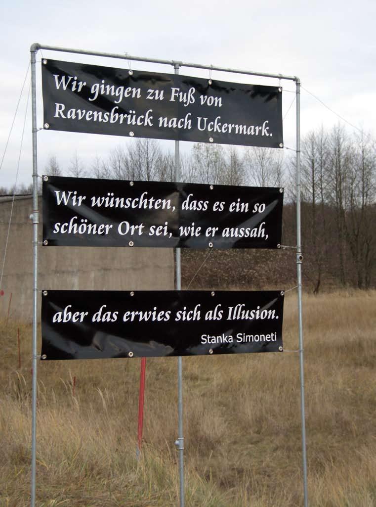 """Tafel auf dem Gelände: """"Wir gingen zu Fuß von Ravensbrück nach Uckermark. Wir wünschten, dass es so ein schöner Ort sei, wie er aussah, aber das erwies sich als Illusion."""" (Stanka Simonetti)"""