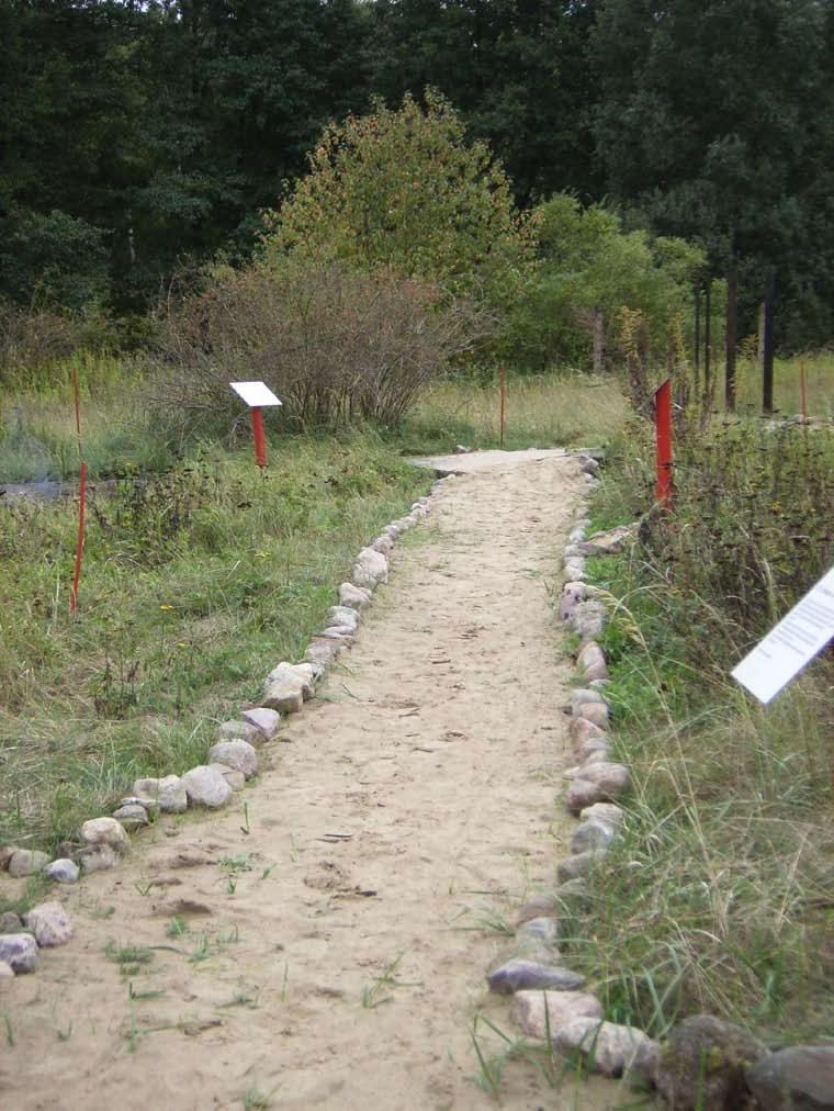 Weg über das Gelände, am Rand Schautafeln