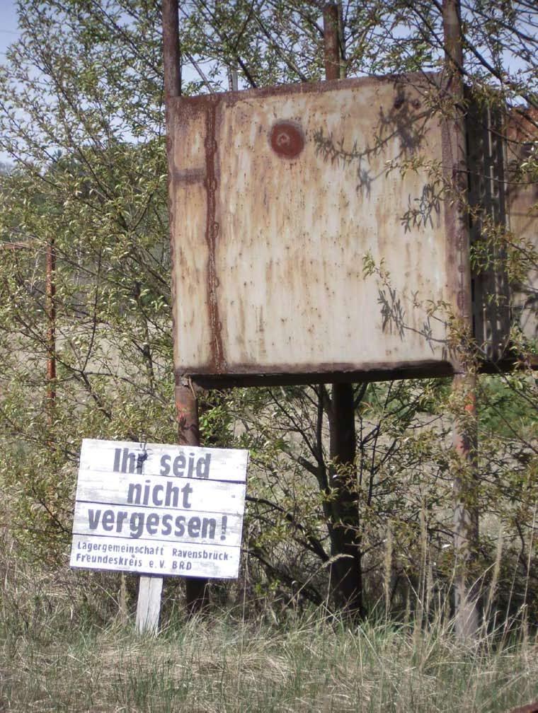 Schild zum Gedenken, auf dem Gelände des ehemaligen KZ: Ihr seid nicht vergessen! Lagergemeinschaft Ravensbrück Freundeskreis e.V. BRD